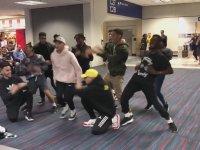 Havalimanında Dans The Funkywunks Grubu