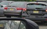 Art Arda Yandaki Arabaya Sürten Kadın Sürücü