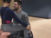 Engelli Sevgilisine Kol Çalıştıran Kadın