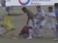 Penaltı Veren Hakemi Saha Ortasında Tekme Tokat Döven Futbolcular