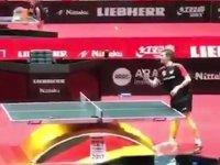 Masa Tenisini Tek Başına Oynayan Adam