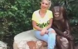 Sarışın Hatunu Öpücüğe Boğan Maymun