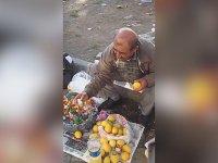 Limon Sıkacağı Satarken Zihinlere İşleyen İşportacı