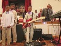 On Yaşındaki Çocuğun Gitar Çalma Yeteneği