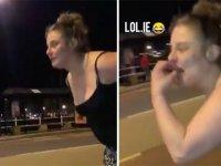 Reklam Panosuyla Kavga Başlatmaya Çalışan Sarhoş Kadın