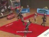 Smaç Atanı Yumruklayan Basketbolcu