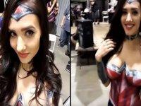 Vücut Boyama Sanatıyla Wonder Woman Olan Kadın