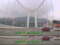 Çin'de 13 Kişiyle Birlikte Köprüden Uçan Otobüs