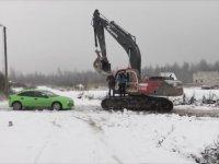 Sopa Atanların Araçlarını Parçalayan Ekskavatör Sürücüsü