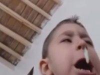 Bir Yıllık Sümüğünü Toptan Çıkaran Çocuk