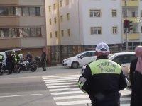 Kırmızı Işıkta Geçen Yayalara Trafik Cezası Yazan Polisler