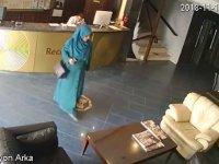 Otel Lobisini Tavaf Eden Kadın