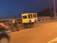Otobüs Kostümüyle Köprüden Geçmeye Çalışan Ruslar
