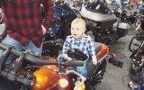 Motosiklet Üzerindeki Çocuğun Komik Bakışı