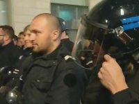 Sarı Yelekli Eylemcilere Karşı Kask Çıkaran Fransız Polisi