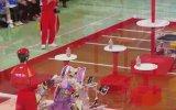 Su Şişesi Çevirme Yarışmasında Hünerlerini Sergileyen Robotlar