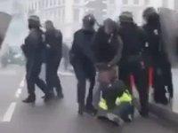 Fransız Polisinin Kadın Eylemciyi Yerde Sürüklemesi