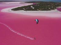 Pembe Göl Üzerinde Uçurtma Sörfü