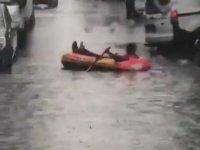İzmir'de Sel Sularında Şişme Botla Gezen Vatandaş