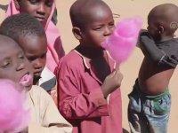 Afrikalı Çocukların Hayatlarında İlk Defa Pamuklu Şeker Yemesi