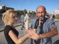Muhabir Kızı Utandıran Sokak Röportajı