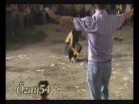 Düşen Dansözün Karşısında Nispet Yaparcasına Oynayan Dayı