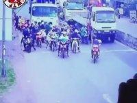 Onlarca Motorcuyu Altına Alan Kamyon