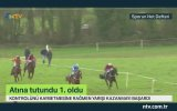 Atının Boynuna Asılı Kalan Jokeyin Yarışı Kazanması