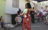 Renk Değiştiren Kıyafeti ile Havasını Atan Roman Kızı