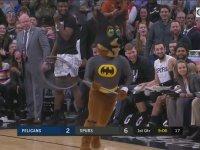 Batman Kostümlü Maskotun Saha İçindeki Yarasayı Yakalaması
