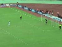 Penaltı Vuruşuna Topal Figürleri Katan Futbolcu