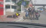 Kask Takmayan Motosikletlilere Şınav Cezası Veren Polisler