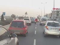 Motosikletlinin Yoğun Trafikte Tek Teker Gösterisi