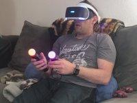 Sanal Gerçeklik Gözlüğü ile Oyun Oynayan Adamın Tepkisi