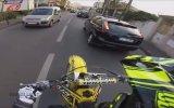 Şov Yapan Motorcuyu Yakalayıp Gondikleyen Polis