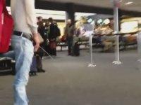 Havaalanının Orta Yerine İşeyen Sarhoş Gence Polis Müdahalesi
