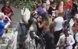 Kıskanç Kadının Dansöze Aniden Saldırması