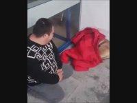 Üşüyen Köpeğe Montunu Veren Down Sendromlu Genç