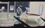 Değerli Piyanolar Dururken Peluş Mickey Mouse Çalan Hırsız
