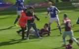 Maç Esnasında Aston Villa Kaptanına Saldıran Taraftar