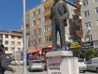 Atatürk Heykeliyle Dertleşen Kafası Güzel Adam