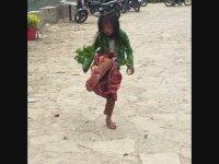 Bitkiyle Futbol Gösterisi Yapan Vietnamlı Küçük Kız