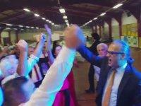 Düğünde İzmir Marşı Çalıp Kendinden Geçmek
