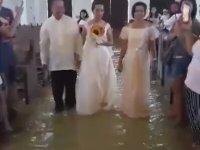 Sel Basan Kilisede Evlenen Çift