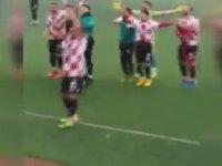 Taraftara Cinsel Organını Gösteren Futbolcu