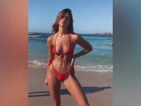 Plajda Seksi Pozlar Veren Kadının Kadrajına Giren Dayı