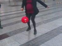Sokakta Top Sektiren Hamile Kadın