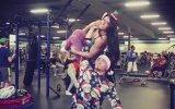 Tek Kolla Kız Kaldıran Sporcu Noel Baba