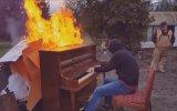 Yanar Dönerli Piyano Çalan Eleman