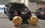 Rolls Royce Egzozunda İçi Para Dolu Balon Şişirip Patlatmak